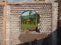 Sala de aula construída com a utilização de garrafas pet em Honduras. Créditos: http://www.eco-tecnologia.com/portal/galeria_fotos.php?id=8
